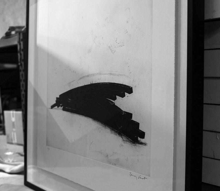 zwevend-inlijsten-kunstwerk-bernar-venet-in-kader